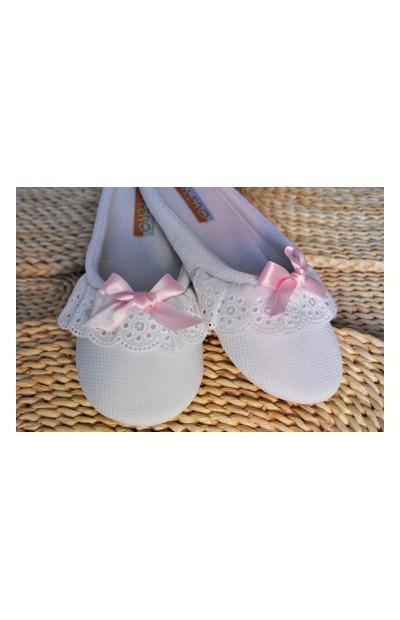 Zapatillas con tira bordada